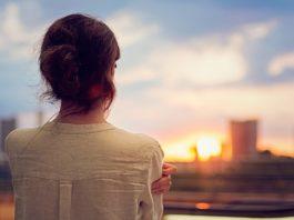 Между небом и землей https://www.youtube.com/watch?v=ifkIjsLPYQw За 23 года жизни Катя Джогорова многое испытала. Судьба бросала ее с небес на землю, из богатства – в бедность, из одиночества - в безумную страсть. За кусок хлеба Катя была готова продать свою душу. И однажды она нашла решение всех своих проблем – смерть. Метки: Видео, Бог есть Теги: христианские свидетельства, между небом и землей Описание: . За кусок хлеба Катя была готова продать свою душу. И однажды она нашла решение всех своих проблем – смерть