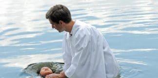 Там, где ИГИЛ обезглавило 21 христианина, бывший мусульманин крестит людей