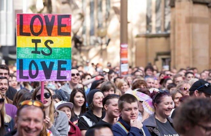 Австралийский политик выступает против гей-брака, несмотря на давление