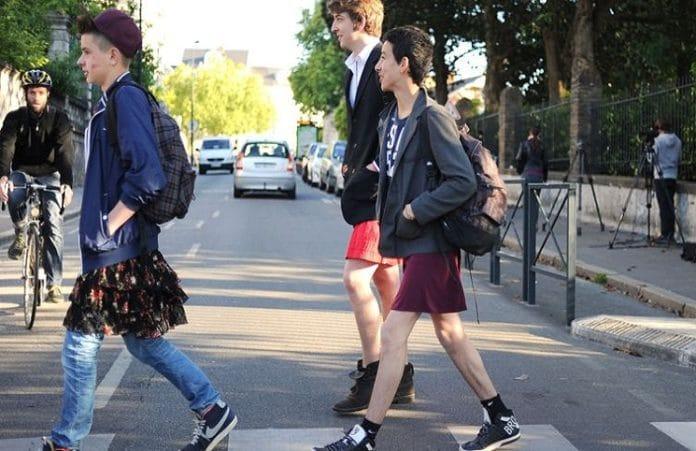 Англиканская церковь разрешила мальчикам носить каблуки и юбки