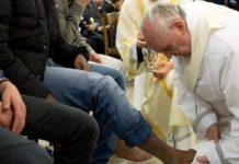 Папа Франциск омыл ноги 12 заключенным римской тюрьмы