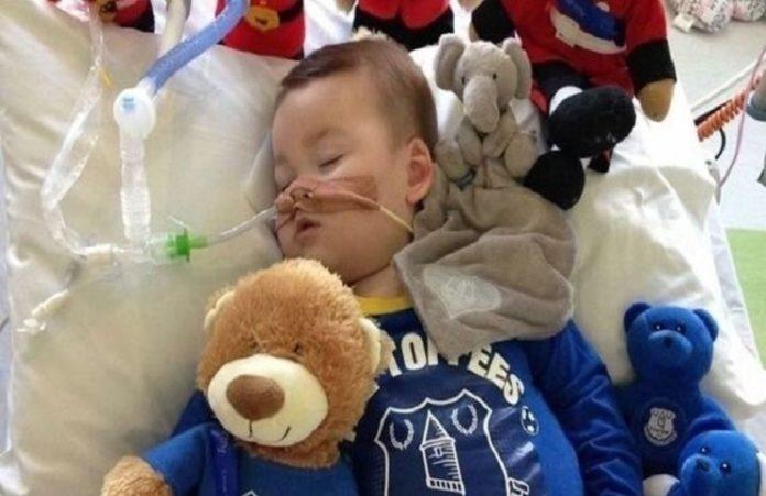 Британского малыша по решению суда отключили от жизнеобеспечения, но он всё еще жив