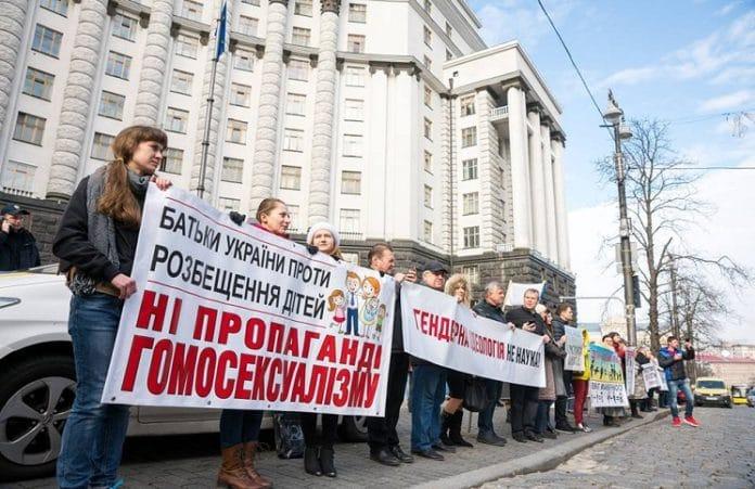 Тысячи людей съехались в Киев: требуют защитить семью и запретить гомопропаганду