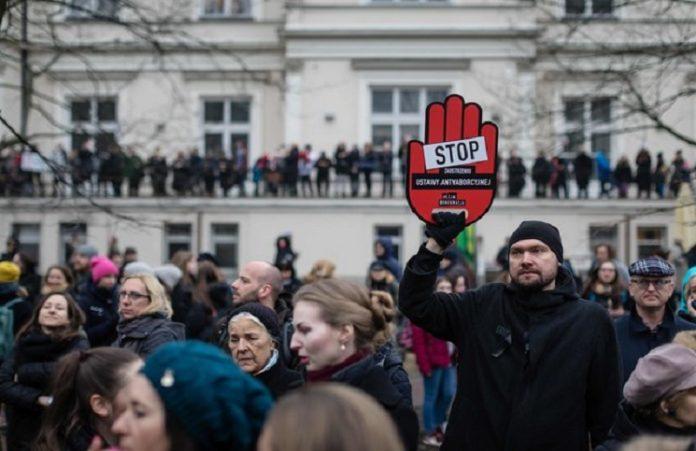 Тысячи поляков вышли на демонстрацию против абортов