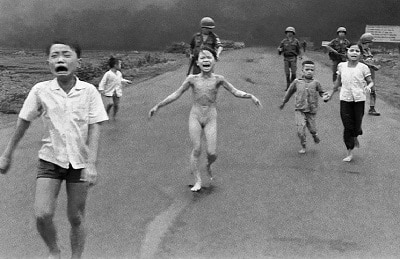 Эти бомбы привели меня ко Христу: история знаменитой фотографии