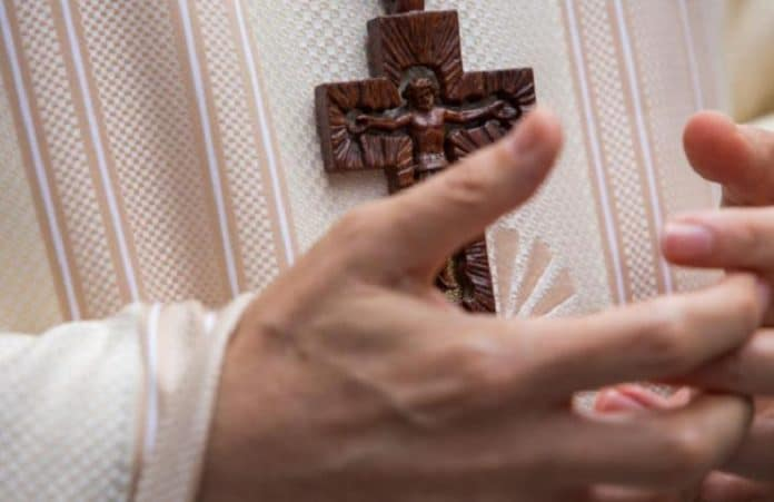 В Британии христианам будет позволено носить нательные кресты на работе