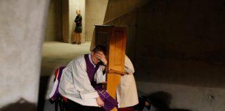 Англиканская церковь Британии более не блюдет тайну исповеди