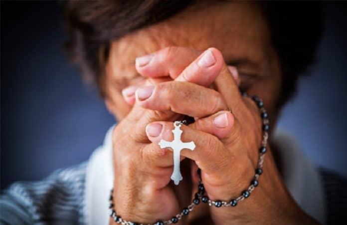 Подавляющее большинство западноевропейцев ассоциируют себя с христианством - опрос